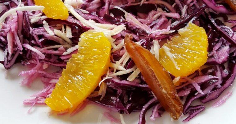 Rode kool salade met pastinaak, sinaasappel en dadels